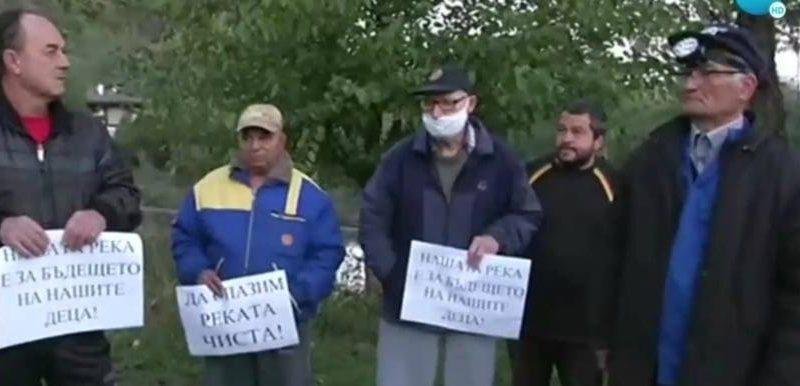 Златарчани излязоха на протест заради мора на риба в местната река