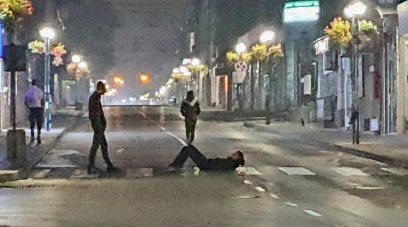 Младежи в Свищов си търсят белята – лягат на пешеходни пътеки