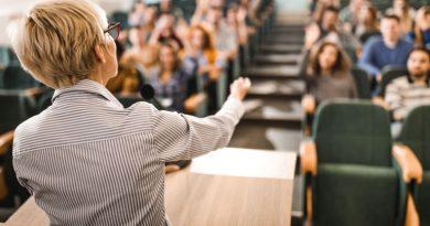 Вдигат заплатите на университетските преподаватели