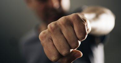 Домашен насилник остава в ареста за тормоз на майка си и закани към полицаи