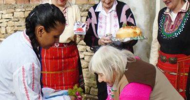Млада майка изми ръцете на 85-годишна медсестра от Димча
