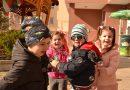 """Малчугани от детска градина """"Слънчев дом"""" гонят сапунени балончета"""