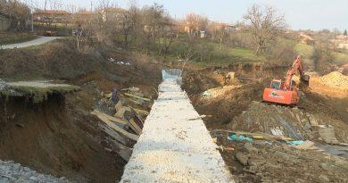 Свлачище пълзи към къщи в Златаришкия Балкан