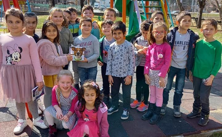 Вместо за букети за 8 март деца събраха пари за лечението на бездомно куче