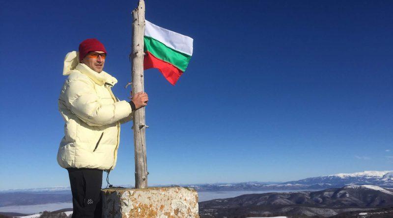"""Старшина Йонко Христов – авторът на инициативата """"Българското знаме на всеки връх"""", работи като доброволец в училището в Русаля и свири на булгарина"""