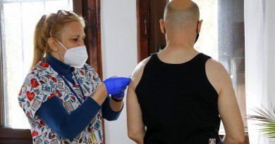 Мобилен екип ваксинира срещу COVID-19 жители на десет населени места във Великотърновско