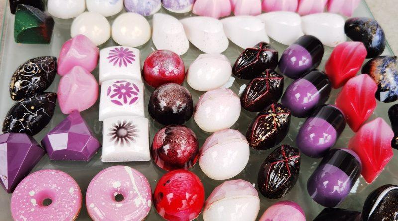 Бутикови шоколадови бонбони, наподобяващи скъпоценни камъни, твори великотърновка