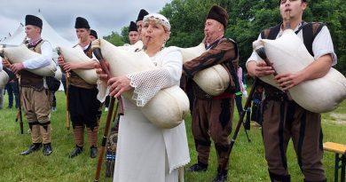 Кукери и гайдари дадоха старт на Националния събор на овцевъдите край Лясковец