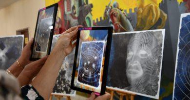 """Уникална изложба с добавена реалност, която се гледа през телефон, показаха в СУ """"Емилиян Станев"""""""