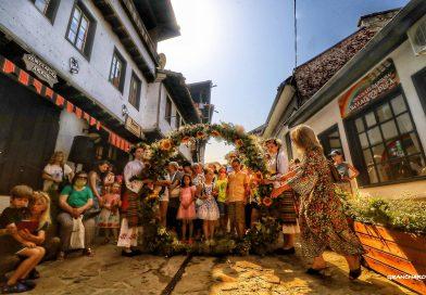Стотици изпълниха с усмивки и веселие Самоводската чаршия за празника Еньовден