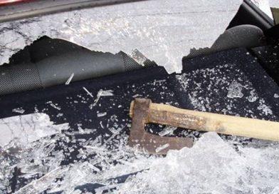 Разлютена жена от Сухиндол помля автомобил с брадва