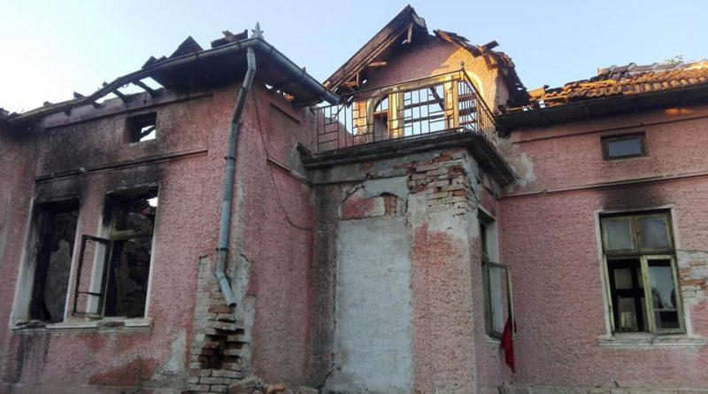 Цяло село се обединява да възстанови изгорялата къща на семейство с две деца, чийто татко е с ампутиран крак