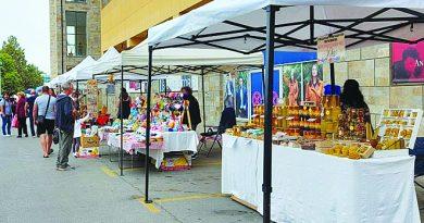 Черешов мед, безглутеново мюсли и кашкавал със сушени домати и босилек станаха атракция на фермерски пазар във Велико Търново