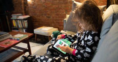 Децата прекарват тройно повече време пред електронните устройства през пандемията