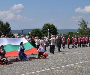 Президентът Румен Радев дойде за церемонията по връчване знамето на Ученическия гвардейски отряд