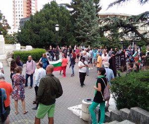 Все повече хора на антиправителствените протести във Велико Търново, започват и шествия из града