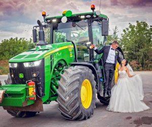 Младоженец грабна булката си с трактор