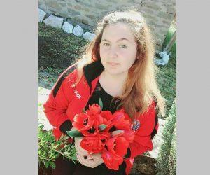 16-годишната Юлияна шие българското знаме за училището си в Джулюница
