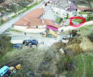 Барбекю, басейн и луксозна къща все още стоят на пътя на водата за 150 хил. души
