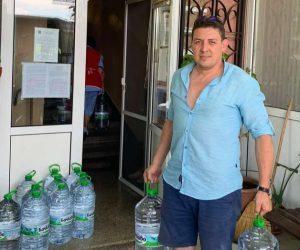 Бизнесмен дари 1100 литра минерална вода на село, страдащо от безводие
