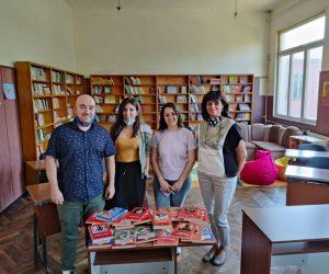 Младежите от БСП подариха детски книги на училището в Килифарево