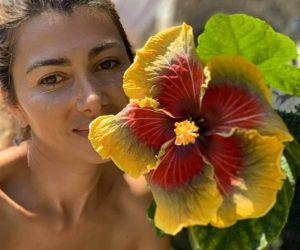 Иглика Игнатова събра над 500 вида цветя от цялото земно кълбо на тераса с гледка към Царевец