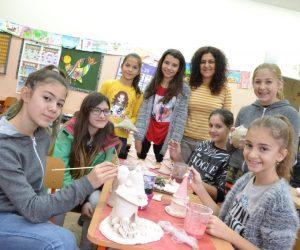 Селище на феи и плочки за облицоване на училищната чешма правят малките керамици в търновско училище