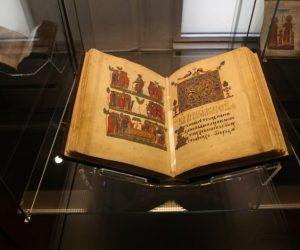 Депутат води 100 изявени деца да видят книга със застраховка за 8 млн. евро, писана през XIV век