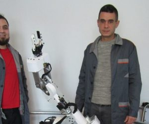 Програмисти конструираха индустриален робот, който сам заварява и боядисва
