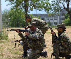Командир на британски екип за обучение на военни съветници наблюдава курс за инструктори в НВУ